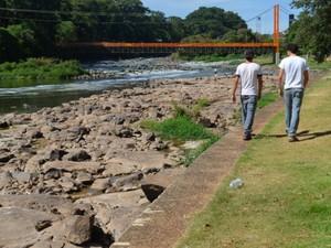Moradores e visitantes foram ver de perto seca no Rio Piracicaba (Foto: Thomaz Fernandes/G1)
