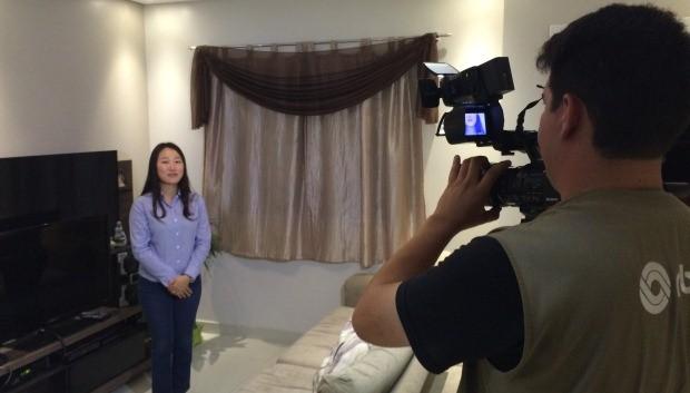Coreana Eunjeong, ou Irene, como ela escolheu ser chamada no Brasil, é tradutora e trabalha numa empresa que fabrica tratores em Joinville (Foto: Cinthia Raash/RBS TV)