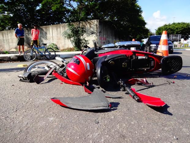 Moto ficou destruída após acidente em Campos, RJ (Foto: Priscilla Alves/ G1)