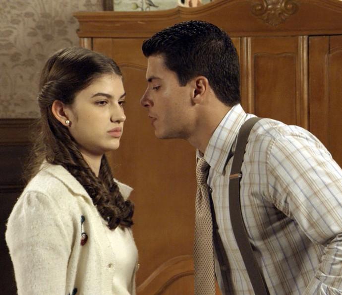 Gerusa desvia de beijo de Osório (Foto: TV Globo)