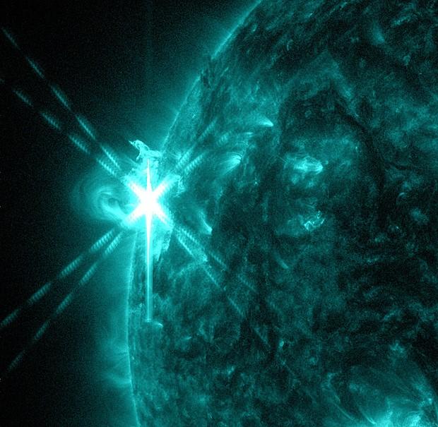 Foto com Sol azul-esverdeado foi tirada em comprimento de onda que revela detalhes em alta temperatura (Foto: Nasa/SDO/AIA)