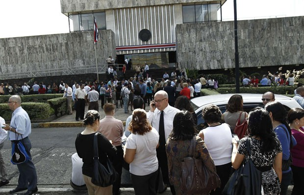 Moradores aglomeram-se em rua em frente à Suprema Corte, em San José da Costa Rica, após o terremoto que atingiu o país na manhã desta quarta-feira (5) (Foto: AFP)