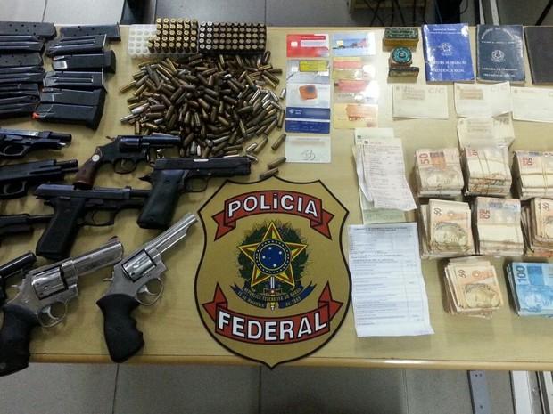 Policiais Federais apreenderam dinheiro, armas e documentos falsos na casa do PM (Foto: Divulgação/Polícia Federal)