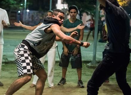 Jacaré puxa briga com Jonatas em roda de capoeira