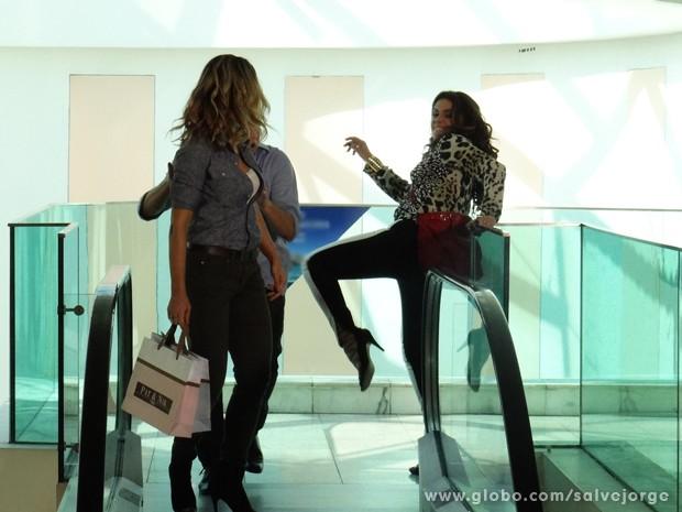 Helô chega na hora e acerta o bandido que ia empurrar Érica (Foto: Salve Jorge/TV Globo)