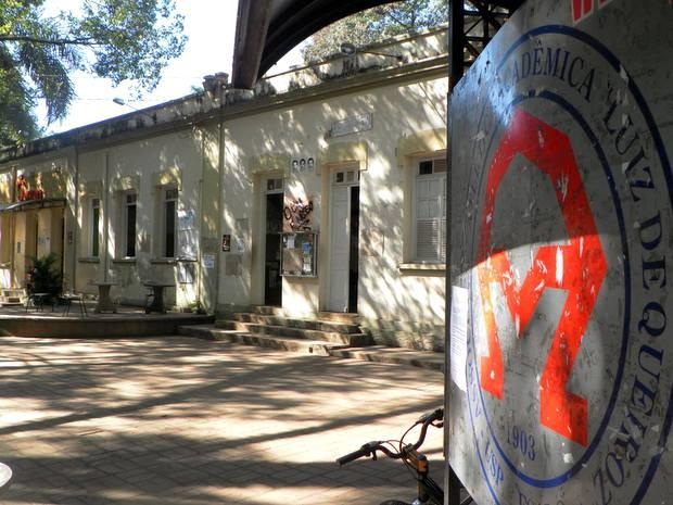Cartaz foi exposto no Centro de Vivência da Esalq em Piracicaba (Foto: Claudia Assencio/G1)