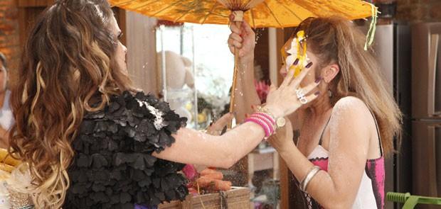 Chay manda um ovo na cara de Socorro (Foto: Cheias de Charme / TV Globo)