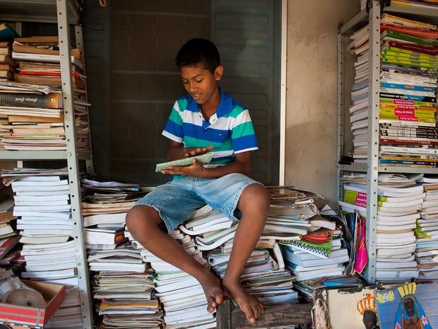 Jefferson Gabriel da Silva Melo, de 12 anos, sonha em construir uma biblioteca para a comunidade onde mora (Foto: Maria Anffe/GcomMT)