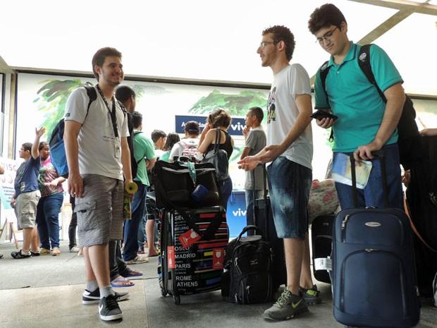 O estudante Daniel Evangelista veio de Brasília e já na fila ficou amigo de Marcelo Duchen e Leon Abramovich, ambos do interior de São Paulo (Foto: Marina Barbosa / G1)