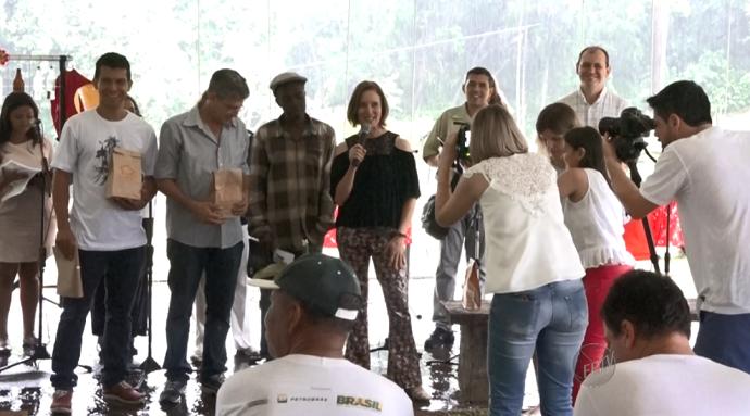 A equipe do Mais Caminhos recebe o Prêmio Cândido Jornalistas (Foto: reprodução EPTV)