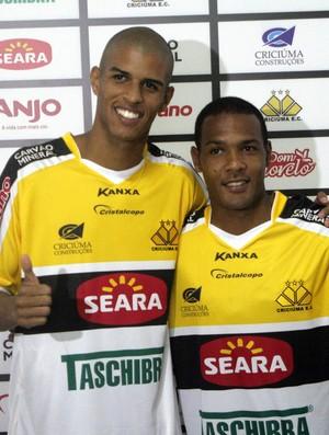 Ewerton Páscoa e Everton Luiz apresentados no Criciúma (Foto: Fernando Ribeiro, Divulgação / Criciúma E.C.)