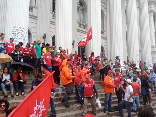 Manifestantes se reuniram nas escadarias da UFPR (Foto: Diego Sarza/RPC)