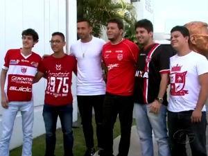 Equipe de esporte da TV Gazeta faz pegadinha com torcedores e jogador argentino  (Foto: Reprodução/TV Gazeta)