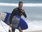 Cauã Reymond pega altas ondas em dia de surfe