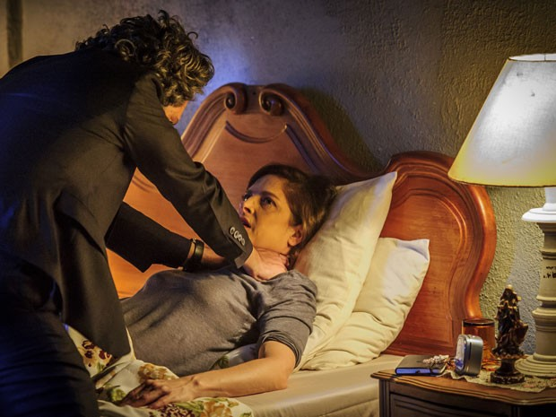 Cora vai fazer de tudo para levar José Alfredo para cama  (Foto: Artur Meninea/TV Globo)