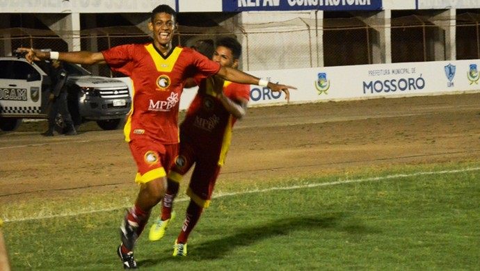 Ricardo Lopes, do Globo FC, comemora gol na final da Copa FNF (Foto: Alcivan Costa/Gazeta do Oeste)