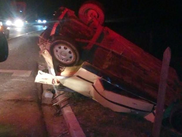 Oito pessoas estavam em carro de passeio que capotou neste sábado (30) na BR-459, em Santa Rita do Sapucaí, MG (Foto: Corpo de Bombeiros)