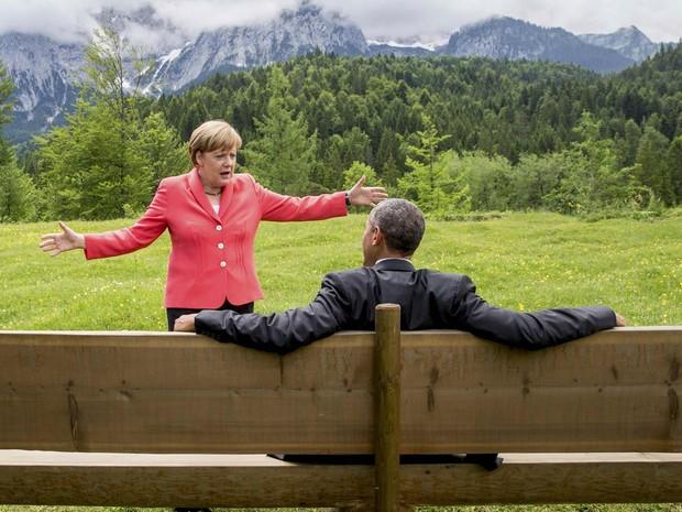 A chanceler alemã, Angela Merkel, gesticula enquanto conversa com o presidente dos EUA, Barack Obama, do lado de fora do castelo Elmau em Kruen, Alemanha. Líderes do G7, os sete países mais ricos se comprometeram com agenda climática em cúpula na Bavária (Foto: Michael Kappeler/Reuters/Pool)