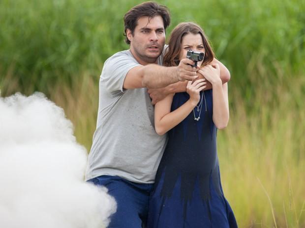 Marcos faz Laura refém e Caíque entra em desespero (Foto: Fabiano Battaglin/ Gshow)