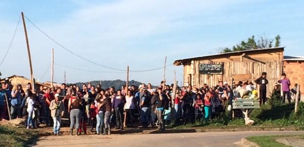 Pelo menos 200 famílias não têm para onde ir após reintegração de posse (Foto: Dayanne Rodrigues/RBS TV)