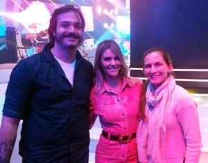A irmã e o marido da vocalista da Georgia aproveitaram para tirar foto com a musa Fernanda Lima (Foto: Arquivo pessoal)