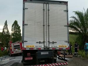 Um dos caminhões fez ultrapassagem, segundo PRF. (Foto: PRF-BA)