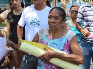 Moradora Maria Júlia da Conceição diz que ajudou a plantar as árvores (Foto: Gustavo Almeida/G1)