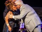 Elza Soares beija pai de Amy Winehouse em show em São Paulo