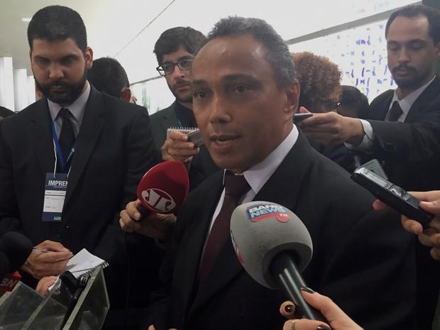 Líder do PT, Sibá Machado (AC), concede entrevista coletiva na Câmara (Foto: Nathalia Passarinho/G1)