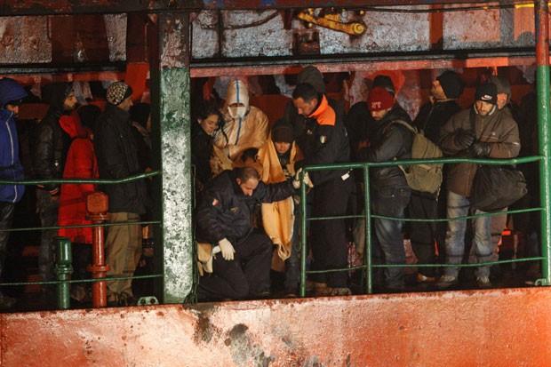 O navio da Moldávia Blue Sky chega a porto italiano com centenas de imigrantes nesta quarta-feira (31) (Foto: Ivan Tortorella/AP)
