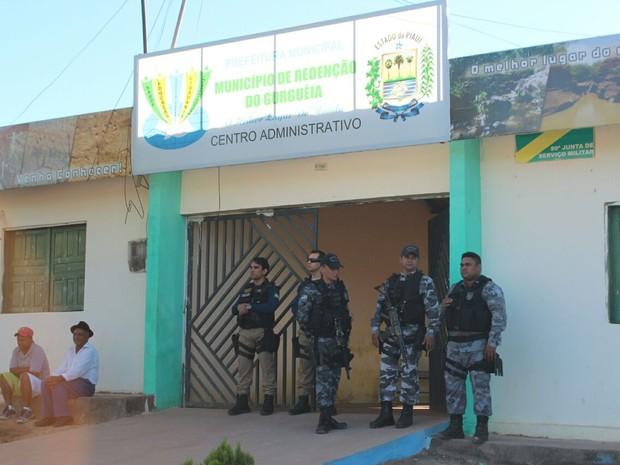 Policais cumpriram mandados na sede da prefeitura de Redenção de Gurguéia (Foto: Ellyo Teixeira/ G1)