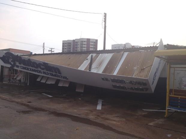 Fachada de esabelecimento comercial caiu com temporal (Foto: Jonatas Boni/ G1)