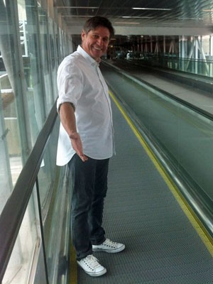 Claudenir de Carvalho, de 55 anos, agente de turismo, em uma esteira fora de funcionamento no Terminal 3 de Cumbica (Foto: Tatiana Santiago/G1)