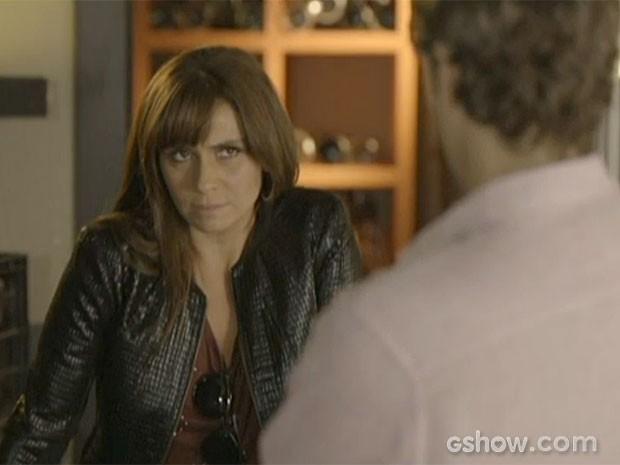Clara fala demais em conversa com Cadu (Foto: Em Família/TV Globo)