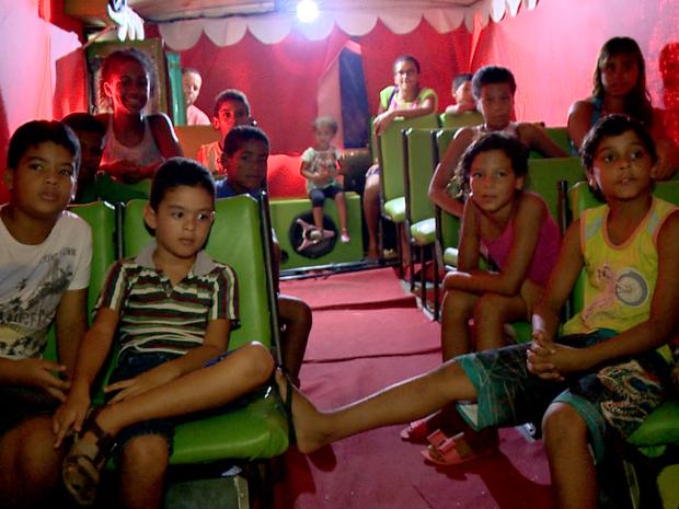 Ao todo, 50 pessoas podem acompanhar o espetáculo que custa R$ 5 no circo dentro do ônibus (Foto: Reprodução/ TV Gazeta)
