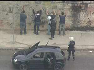 PMs abordam pedestres nesta manhã  (Foto: Reprodução / TV Globo)
