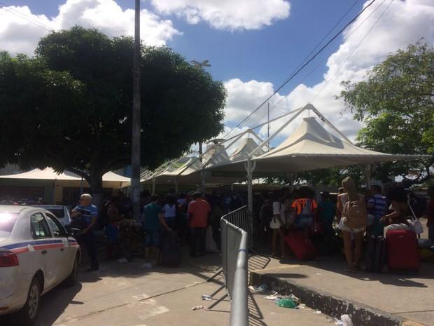 Pedestres também movimentam o Terminal de São Joaquim  (Foto: Juliana Almirante / G1)