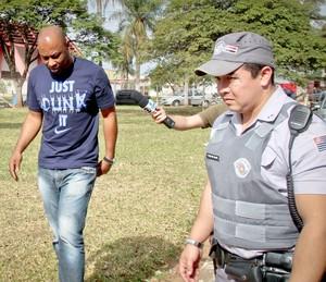 Fabiano Larangeira, gestor do Noroeste, deixa clube escoltado pela polícia (Foto: Patrícia Lacerda / Ag. Bom Dia)