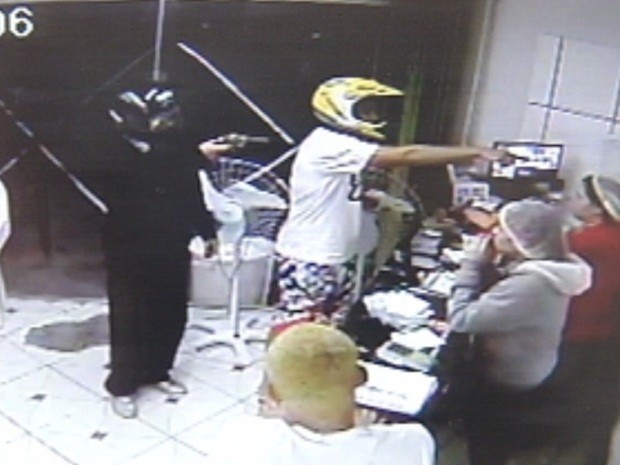 Dupla anuncia assalto na recepção da pizzaria (Foto: Reprodução/TV TEM)