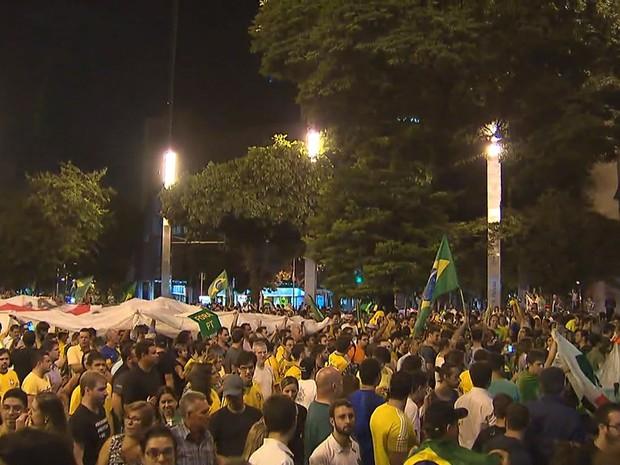 Manifestação na Praça da Savassi contra Dilma e Lula reuniu 2 mil pessoas na Praça da Savassi, em Belo Horizonte (Foto: Reprodução/TV Globo)