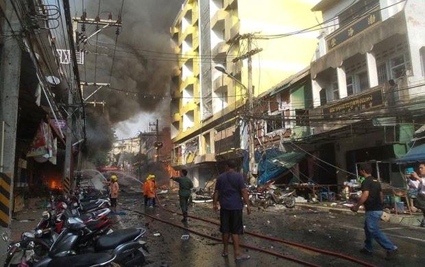 Equipes de resgate tailandesas usam agua para conter fogo após explosão em frente a hotel no sul da Tailândia nesta sexta-feira (25) (Foto: AFP)