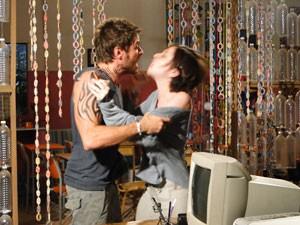 Moisés segura Alexia, mas a garota foge (Foto: Malhação / Tv Globo)