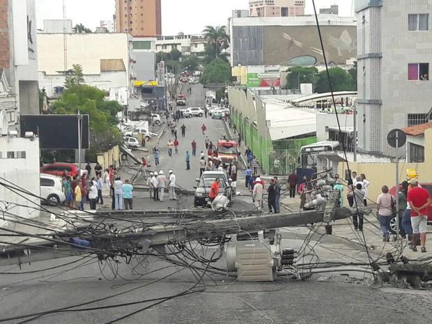 A Avenida Pedro II, uma das principais de Campina Grande, ficou bloqueada por causa de quedas de postes (Foto: Astrogildo Pereira/STTP)