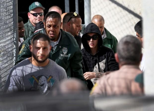 Justin Bieber deixa prisão (Foto: JOE RAEDLE / GETTY IMAGES NORTH AMERICA / AFP)
