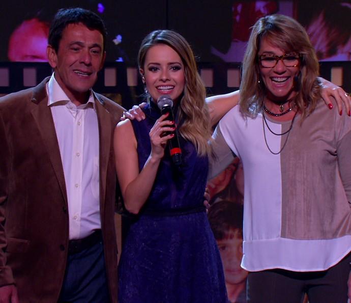 Sandy entre Maurício e Martha, pais de Fernanda Gentil, cantando para a jornalista (Foto: TV Globo)