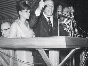 O presidente João Goulart ao lado da primeira-dama, Maria Tereza Goulart, no comício da Central do Brasil, em 13 de março de 1964 (Foto: Arquivo / Ag. O Globo)