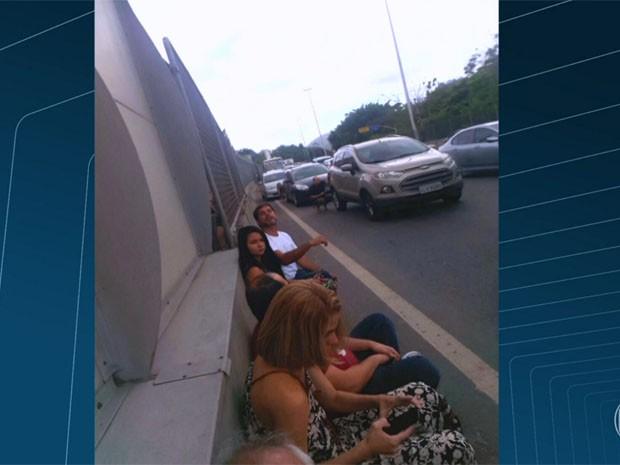 Motoristas e passageiros se protegem de tiroteio na Linha Amarela (Foto: Reprodução/TV Globo)