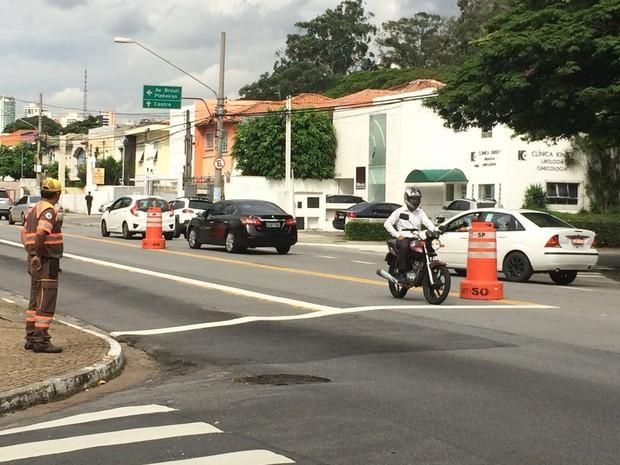 Motociclista pergunta para o agente de trânsito de a via estava liberada, após a confirmação, ele elogiou a alteração: 'que beleza'.  (Foto: Livia Machado/G1)