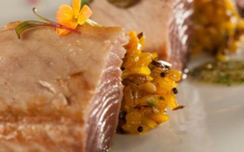 Baby atum com molho cremoso de alcaparras
