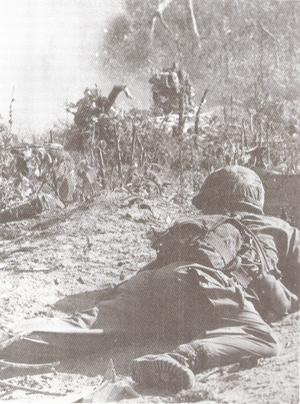 Soldado durante intenso tiroteio na Guerra do Vietnã, em novembro de 1965 (Foto: Bob Breen/Wikimedia Commons)